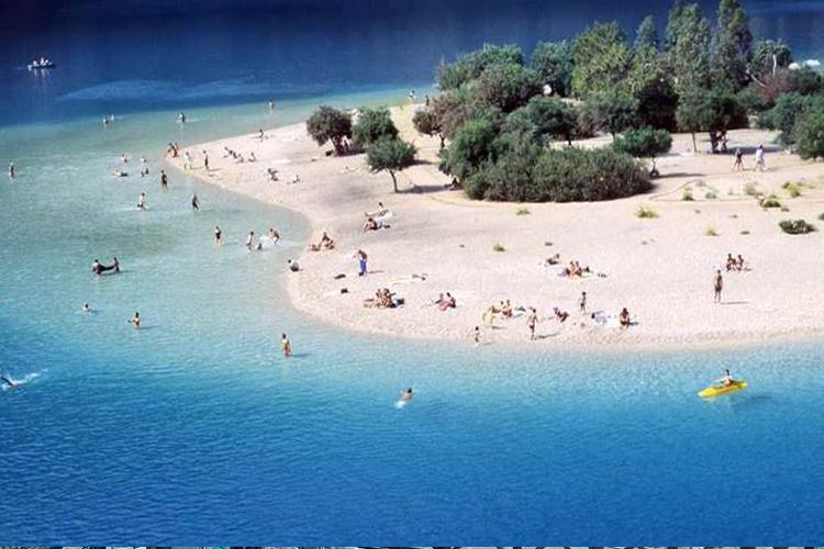 Sadece bu plajı keşfekmek için binlerce turist bölgeye tatil için geliyor.