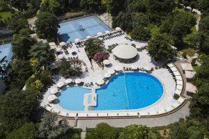 Yemyeşil bahçesi ve Otelin kurucusu Conrad N. Hilton'un ayak izi şeklinde tasarlanan bu büyük havuz, günde iki defa ücretsiz soğuk havlu servisi ve düzenlenen barbekü partileri ile herkesin ilgi odağı olmuştur.