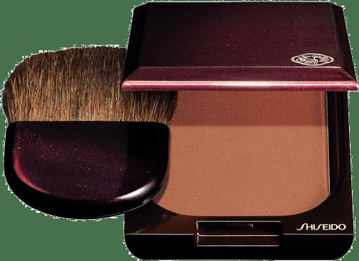 Üç farklı rengi ile her cilt rengine uygun olan Shiseido Bronzer uygulandığı andan itibaren doğal bronzluğu teninize taşıyor.