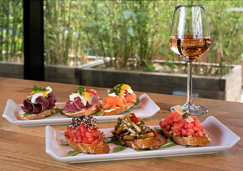 Mekanın sunduğu zengin bir 'tapas bar' var, İspanyolcada 'küçük tabak' anlamına gelen birbirinden leziz ve farklı tapas seçenekleri tatmak da mümkün.