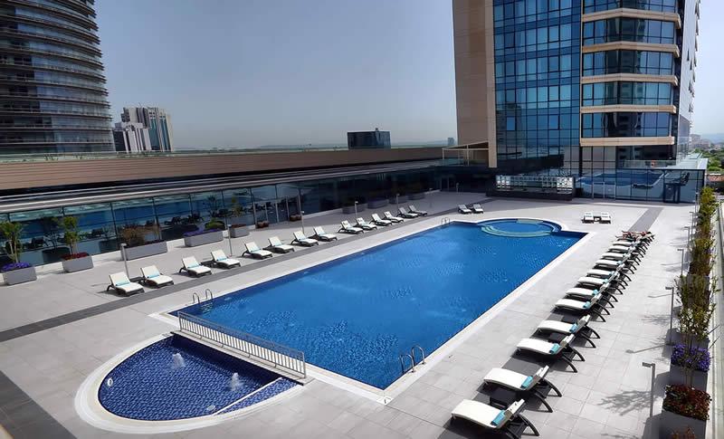 Şık mimarisi ile bu açık havuz, yaz günlerinde sizleri serinlemeye davet ediyor.