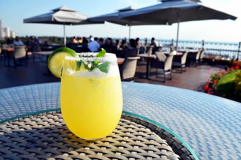 Anadolu Yakasında lüks ve konforun buluştuğu prestijli oteli Wyndham Grand Kalamış Marina Hotel'in teras katında hizmet veren Jigger Bar'da yaşayın.
