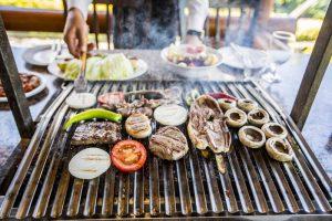 Et ustalarından bir gün önceden terbiyelenen etler, özel sosları ile çok farklı yorumlar kazanıyor. Tercih ettiğiniz etleri pişirirken diğer yandan sohbet ederek piknik havasında lezzetli yemeklere doyum olmuyor.