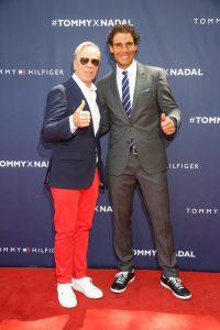 Şık giyimli top modeller ile maç yapan Rafael Nadal, markasının lansmanında maçı kazanırken, puan kaptıran takım her seferinde kıyafetinden bir parçayı çıkararak Tommy Hilfiger tarafından hazırlanan kadın ve erkek iç giyim kreasyonlarını gözler önüne serdi.