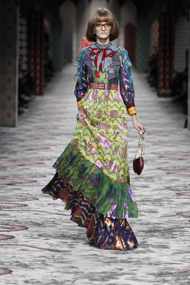"""Alessandro Michele'nin Gucci için hazırladığı üçüncü koleksiyon olma özelliği taşıyan 2016 İlkbahar/Yaz Kadın Koleksiyonu, şehir algısının sınırlarını zorlayan ve bu sınırlarla oynayan bir tavır ile """"Situationist Dérive"""" konseptinin bir ürünü olarak ortaya çıktı."""