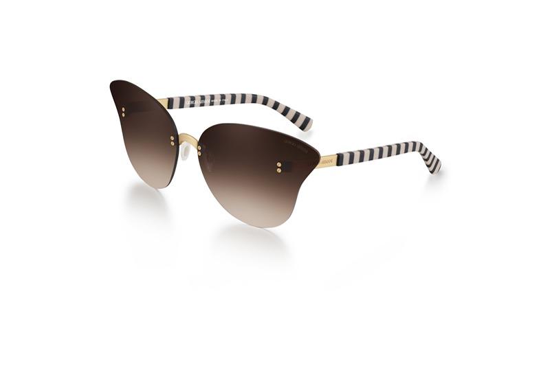 Güneş ile aydınlatılıp rüzgâr ile şekillendirilen kum dokusu ve renklerinden esinlenen, kelebek biçimli büyük degrade camlı iddialı bir güneş gözlüğü. Giorgio Armani logolu saplar altın ve bej renklidir.