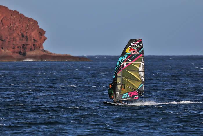 Profesyonel sporcuların ihtiyaçlarına yenilikçi bir teknolojiyle üstün tasarımlı ürünler sunan Oakley, bütün dünyada olduğu gibi rüzgâr sörfüne olan desteğini Türkiye'de de sürdürüyor.