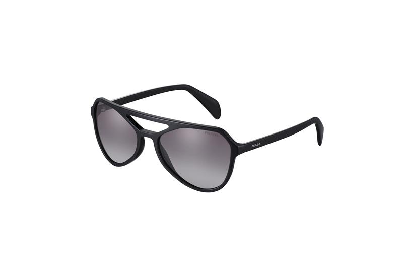 Özel Prada Type koleksiyonunun bu güneş gözlüğü modeli, 70'li yıllardan esintilere ve modern simetrik çizgilere sahip. Damla biçimli çerçeve cephesi 3 farklı renkte sunuluyor.