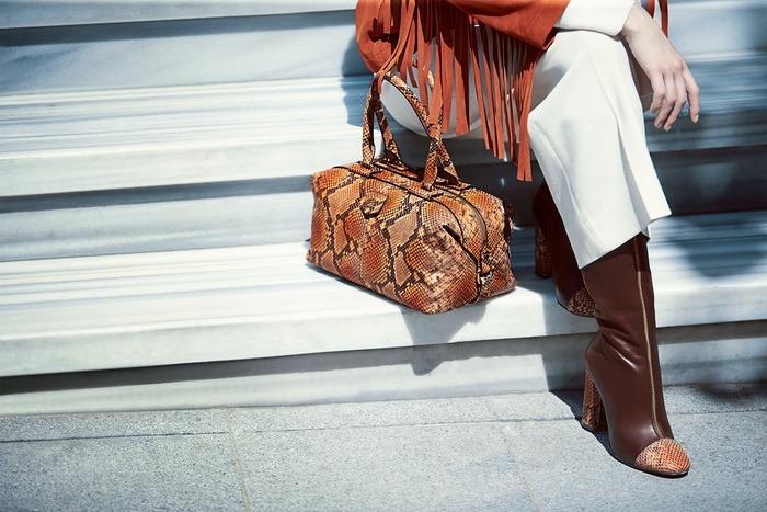 Gündüzden geceye şıklığınızı tamamlayan piton baskılı çanta ve ayakkabılar şehir kadınına eşlik ediyor.