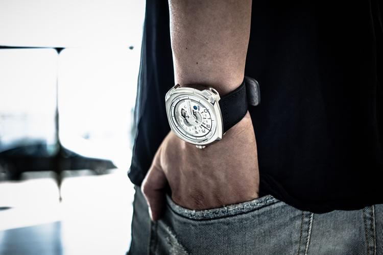 """Endüstriden ilham alan tasarımları ile saat severlerin modern gözdesi SEVENFRIDAY, yeni """"V"""" serisi ile tüm dikkatleri üzerine çekiyor."""