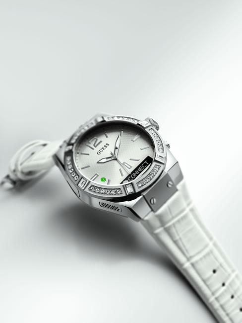 Bu modellerin akıllı saatleri çok dikkat çekici ve özelliklerin arasında kamera ve müzik kontrolü mevcut.