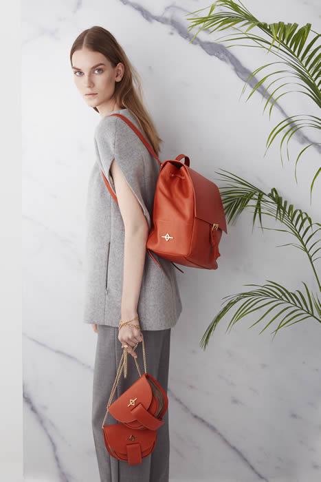 Modern mimarinin keskin çizgilerinden ilham alan koleksiyonda çantalar minimalist ve net çizgiler ile şekilleniyor