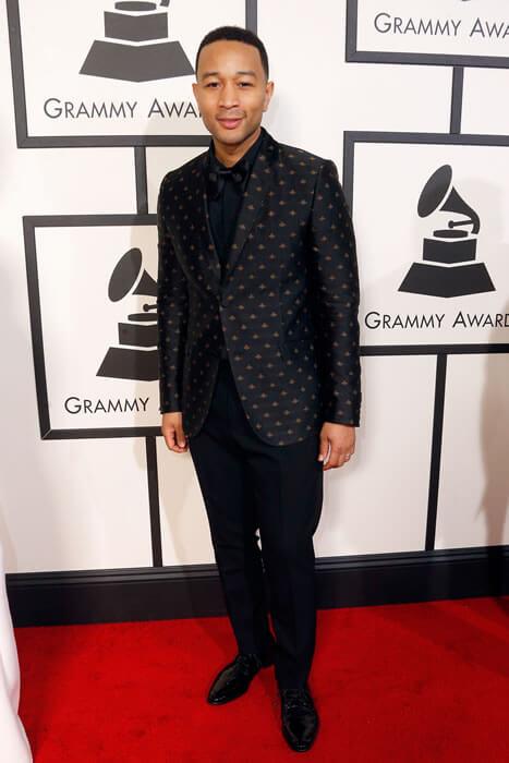 Ödül töreninde adaylardan John Legend, yine Gucci'nin 2016 Cruise Koleksiyonu'ndan ipekten yapılmış siyah-altın arı desenli ceketiyle göz kamaştırdı.
