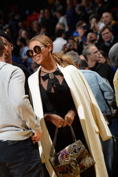 Gucci'nin 2015/16 Sonbahar-Kış Koleksiyonuna ait kurdele detaylı siyah uzun kollu dantel bluzuyla görüntülendi.
