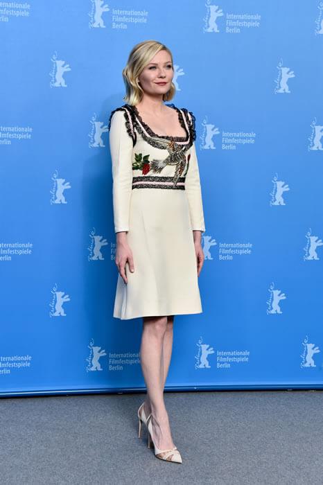 Uluslararası Berlin Film Festivali kapsamında gerçekleştirilen 'Midnight Special' filminin basın gösteriminde Gucci 2016 Pre-Fall Koleksiyonu'ndan krem rengi dizüstü kokteyl elbisesiyle ABD'li oyuncu ve model Kirsten Dunst tüm dikkatleri üzerinde topladı.