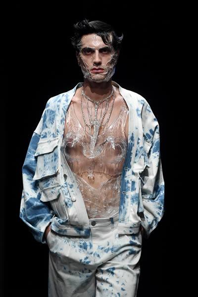 İki genç moda tasarımcısı Emre Pakel ve Seydullah Yılmaz podyumdalardı.