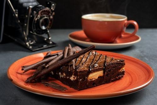 Yemek Önerileri İçin Kahve ve Tatlı Keyfi Monochrome'da